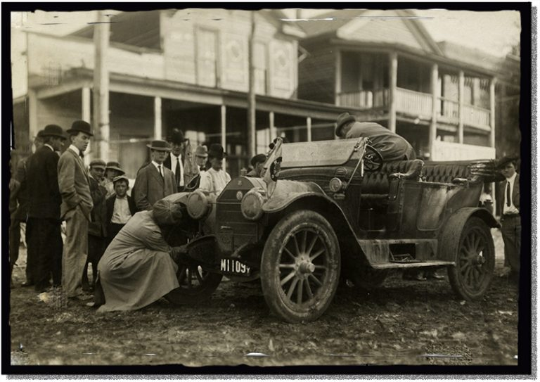 Repairing a Maxwell automobile on the Glidden Tour