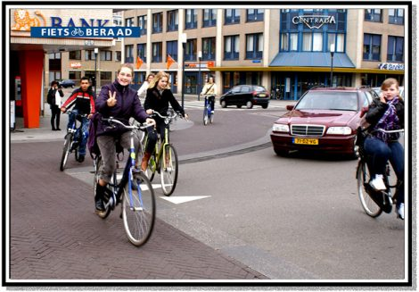 Bicycles and autombiles share the Laweiplein.